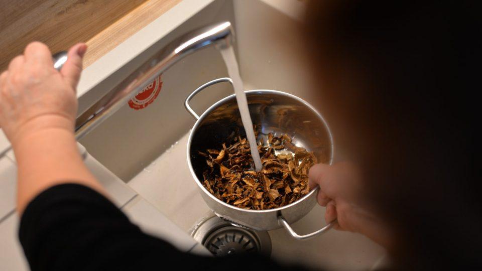 V druhém kastrůlku uvaříme sušené houby asi ve ¼ litru vody