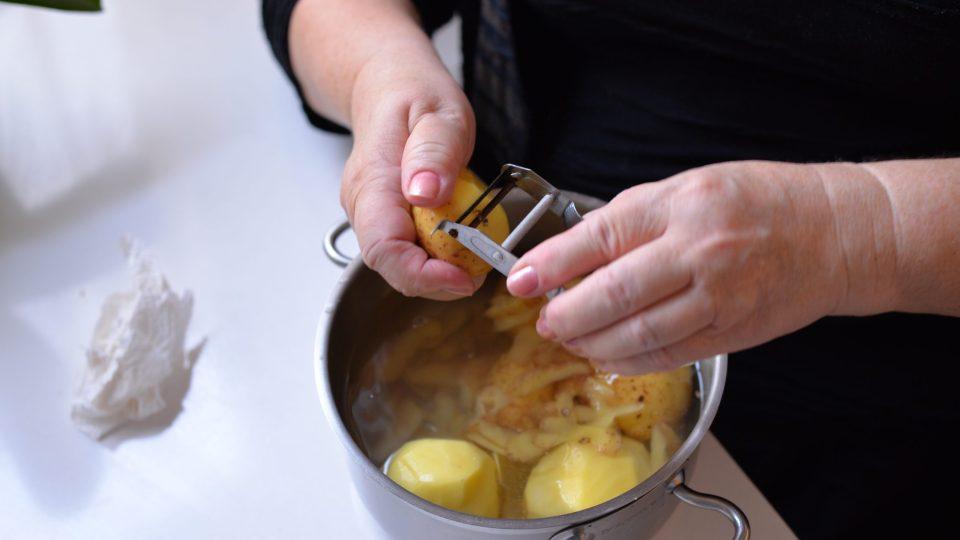 Nejdříve oloupeme brambory a nakrájíme je na kostičky