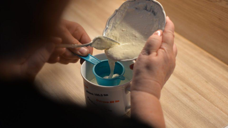 Směs si přecedíme, aby do polévky nepřišly hrudky