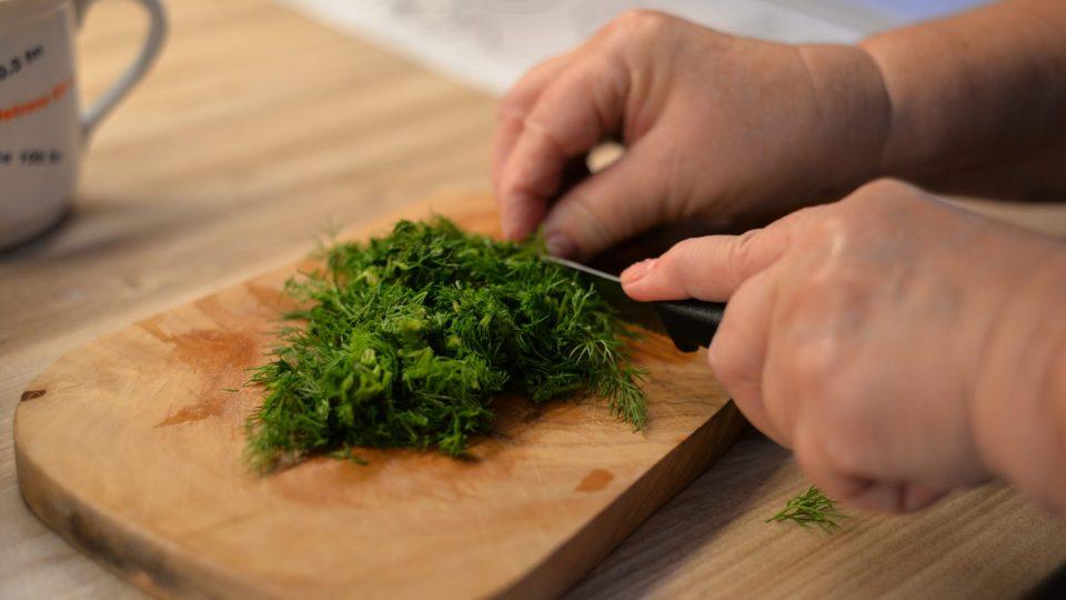Po uvaření přidáme do polévky hrst nasekaného čerstvého kopru