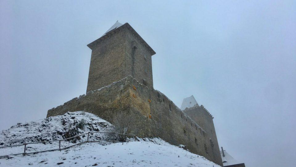 Královský hrad Kašperk v mlze