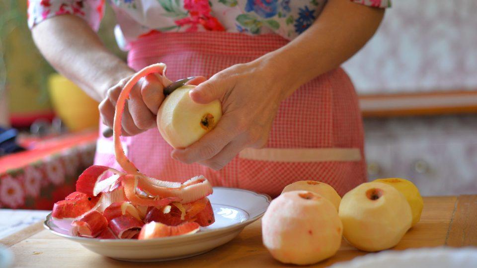Nejprve oloupeme a nastrouháme jablka, abychom po nastrouhání získali 600 g jablečné směsi