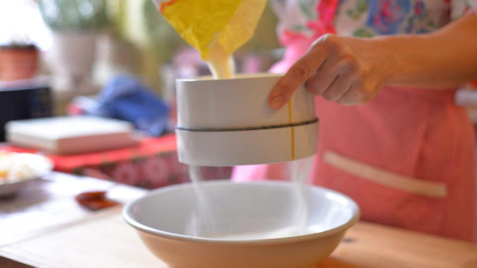 V míse smícháme suché ingredience – 500 g hrubé mouky, 2 lžíce kakaa a 2 kypřicí prášky do pečiva