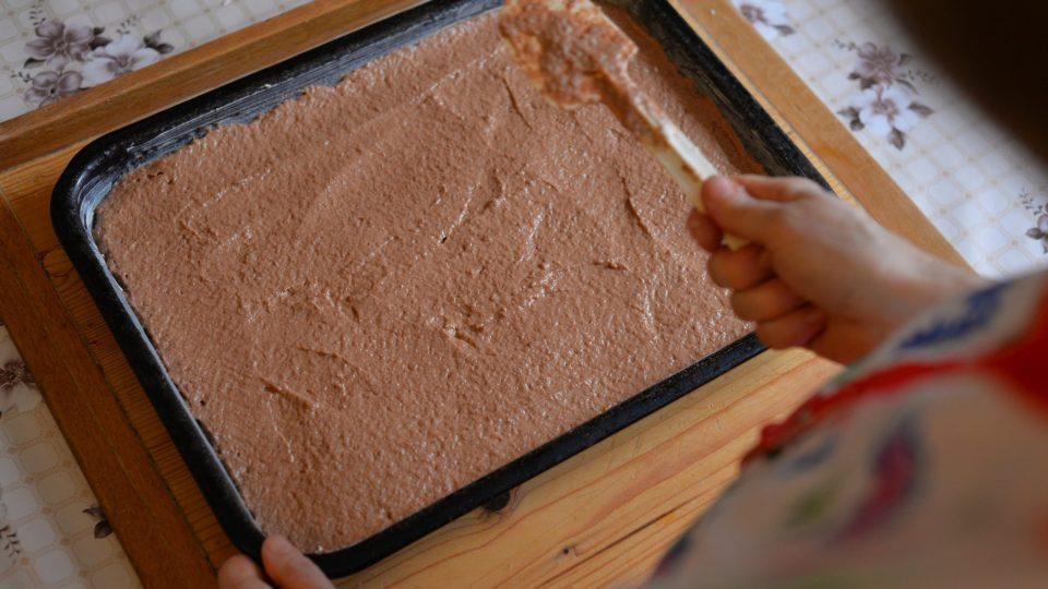 Směs na budoucí dezert nalijeme do máslem vymazaného pekáčku a pečeme asi 20 minut při 125 stupních
