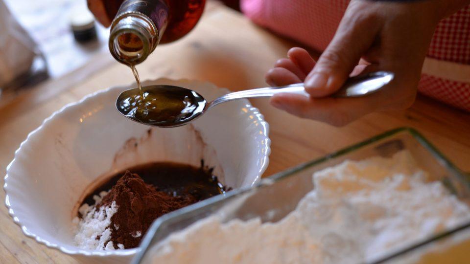 Čokoládovou polevu připravíme smícháním 4 lžic moučkového cukru, 2 lžic práškového kakaa a 4 lžic silného rumu
