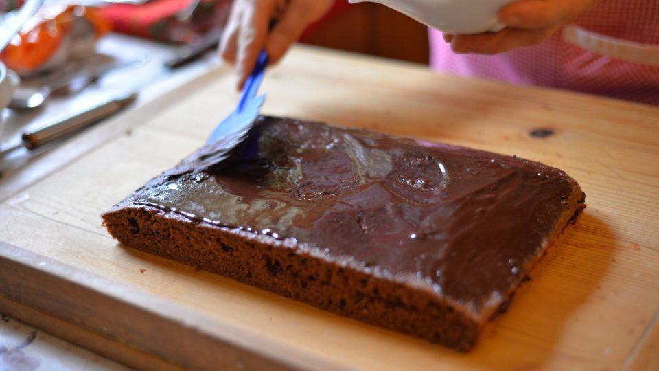Když přiklopíme marmeládou potřený spodní díl horním, pomažeme vršek dezertu čokoládovou polevou