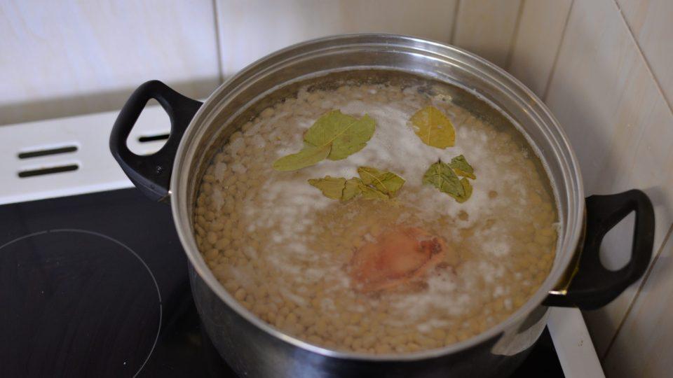 Před vařením přidáme k fazolím morkovou kost a 3 bobkové listy. Vaříme cca 1 hodinu