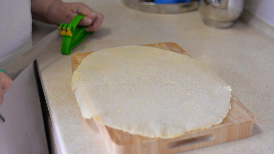 Následně bochánek těsta rozválíme na 1 mm tenký plát
