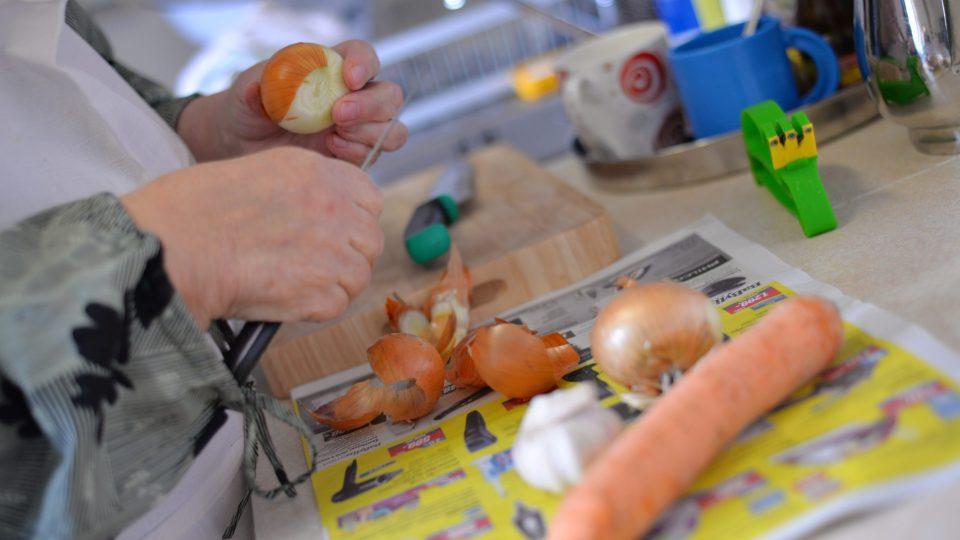 Do vývaru nakrájíme mrkev, cibuli a česnek na středně velké kousky