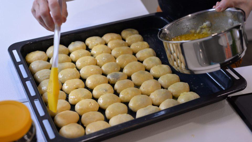 Jednotlivé buchtičky už na plechu jednotlivě pomažeme máslem z boku, aby se od sebe dobře oddělily po vyndání z trouby