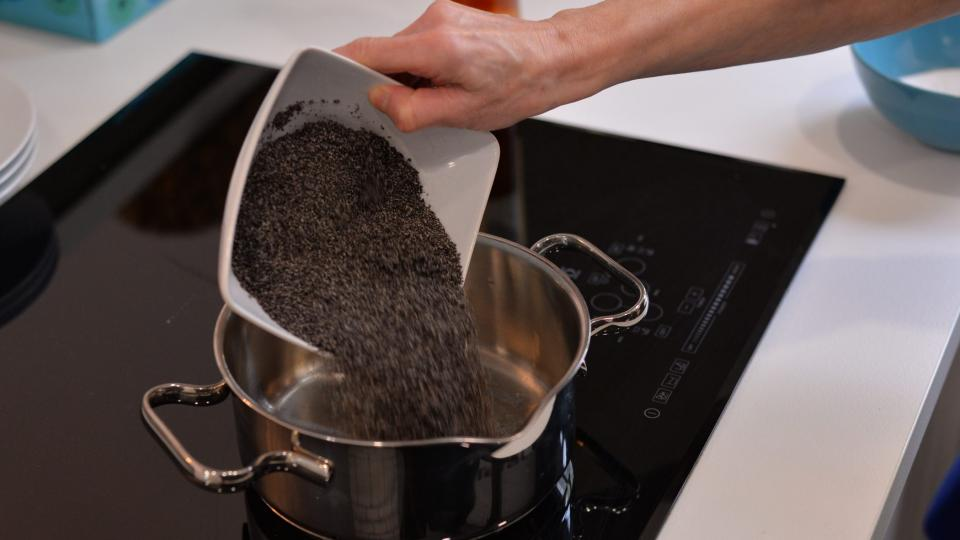 Na sporák dáme hrnec s mlékem, nasypeme mletý mák, přidáme cukr, skořici a rum. Když hmota zhoustne a mák změkne, přidáme perník na zahuštění
