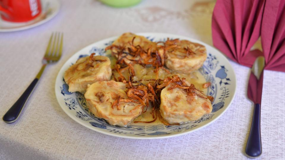 Škvarkové knedlíky s cuketovým zelím jako dobrota k obědu