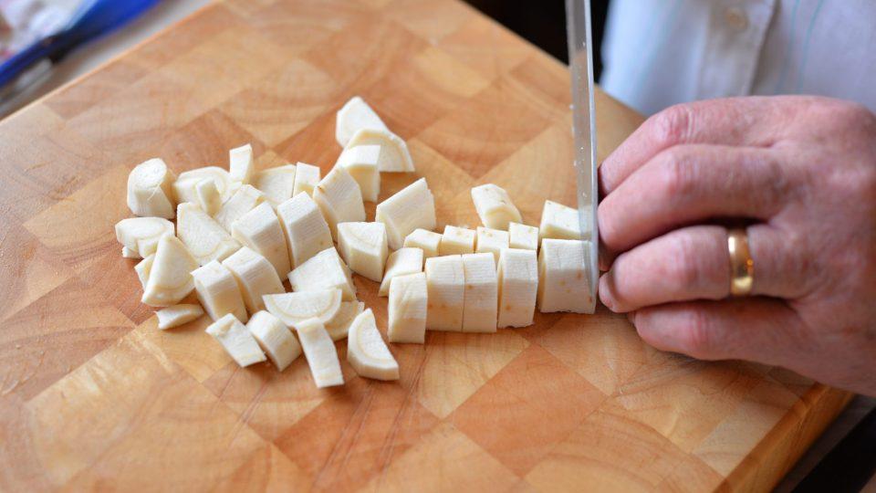 Zeleninu nakrájíme na větší kousky a dáme restovat na sádlo do hrnce