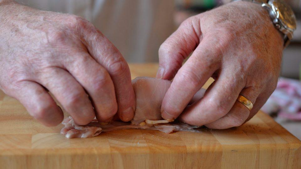 Zabalíme a přichytneme jehlami nebo provázkem, aby maso drželo pohromadě