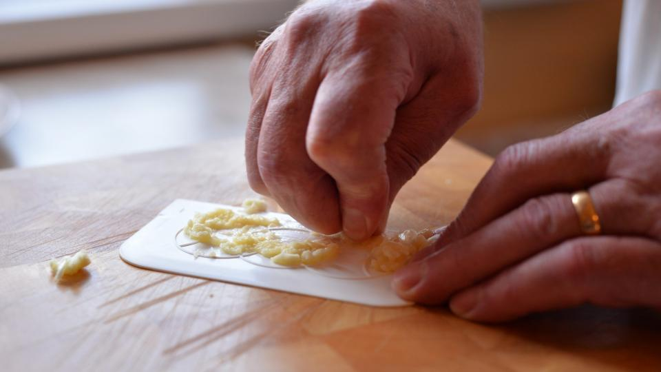 Nastrouháme si 4 stroužky česneku