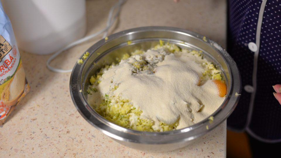 Dáme do mísy, přidáme sůl, pepř, 6 lžic hrubé mouky, 6 žloutků a vše důkladně promícháme