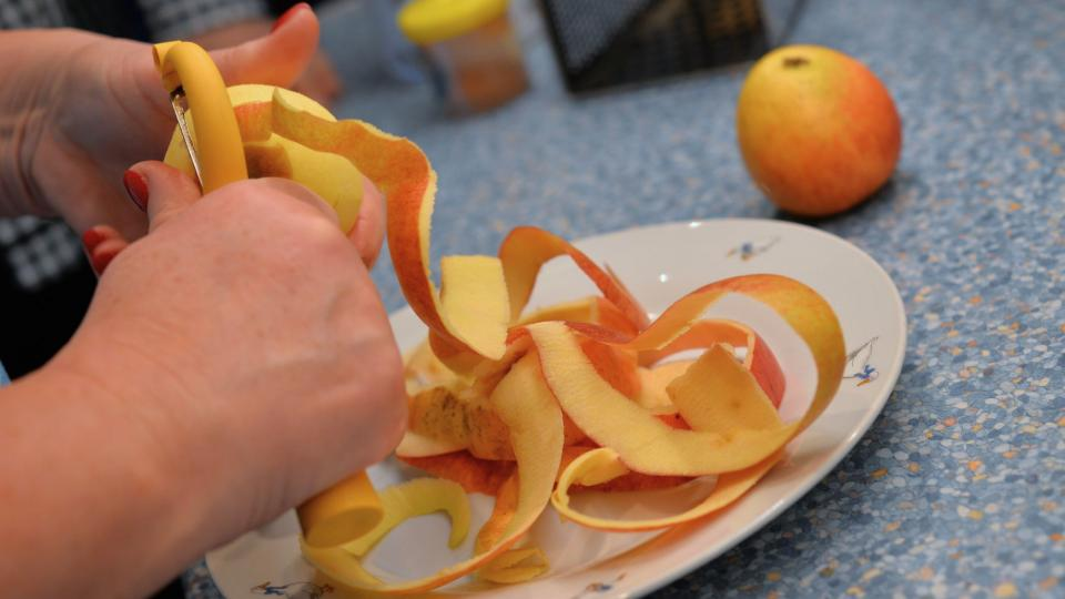 Jablka oloupeme a nastrouháme na hrubém struhadle