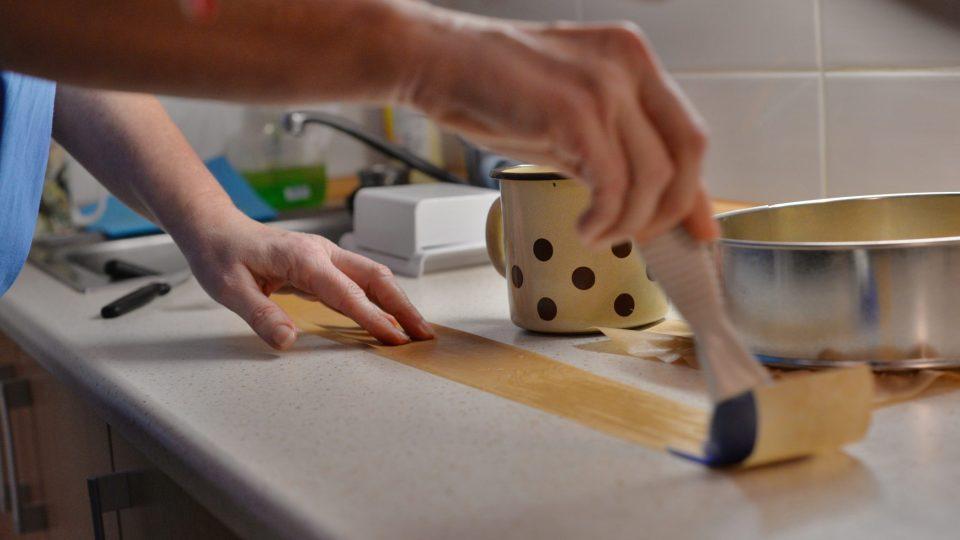 Formu s pečícím papírem vymažeme máslem a vysypeme hrubou moukou