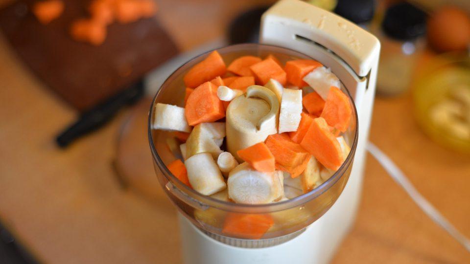 Zeleninu pokrájíme tak, aby se dala zpracovat v mixeru