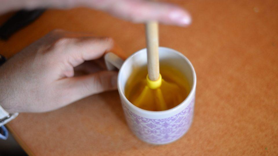 Do polévky nalijeme přes vidličku předem rozšlehané vajíčko