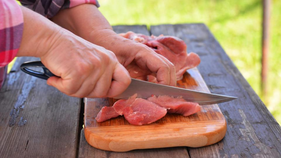 Hovězí maso nakrájíme na menší kostičky, vepřové na větší kostičky (různé velikosti kvůli délce vaření masa)