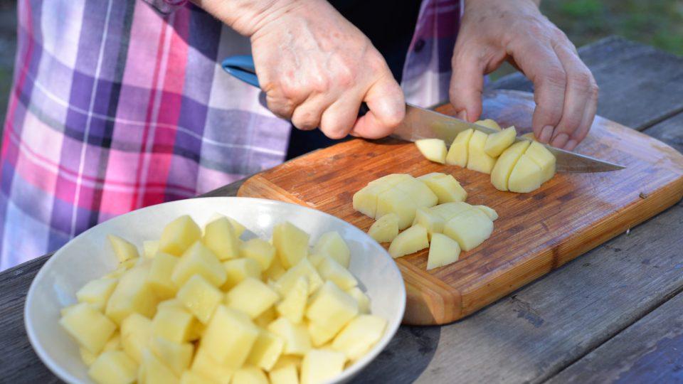Syrové brambory nakrájíme na kostičky