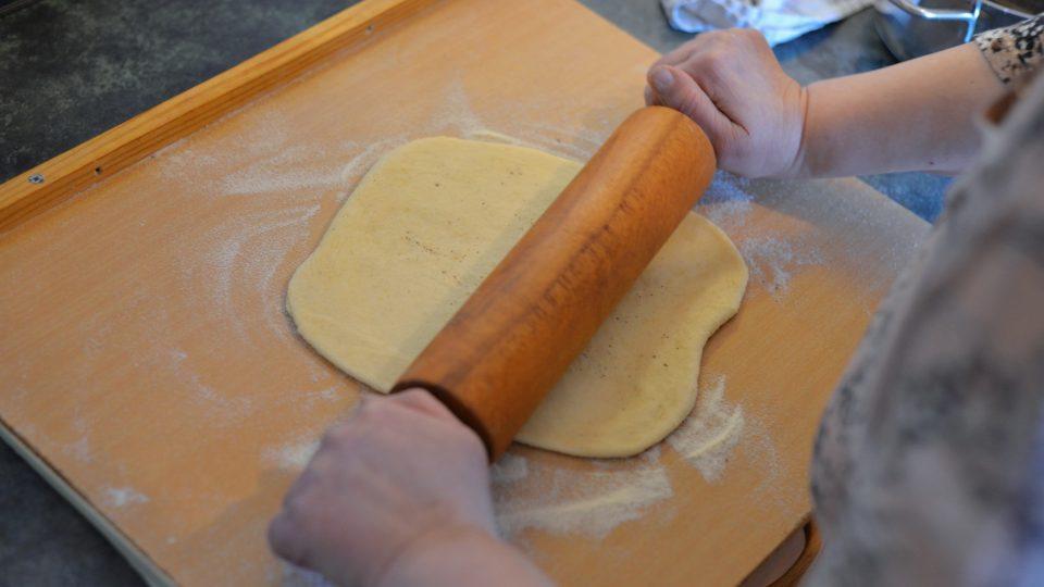Vykynuté těsto rozdělíme na 4 díly, které vyválíme na obdélníkové pláty velikosti plechu