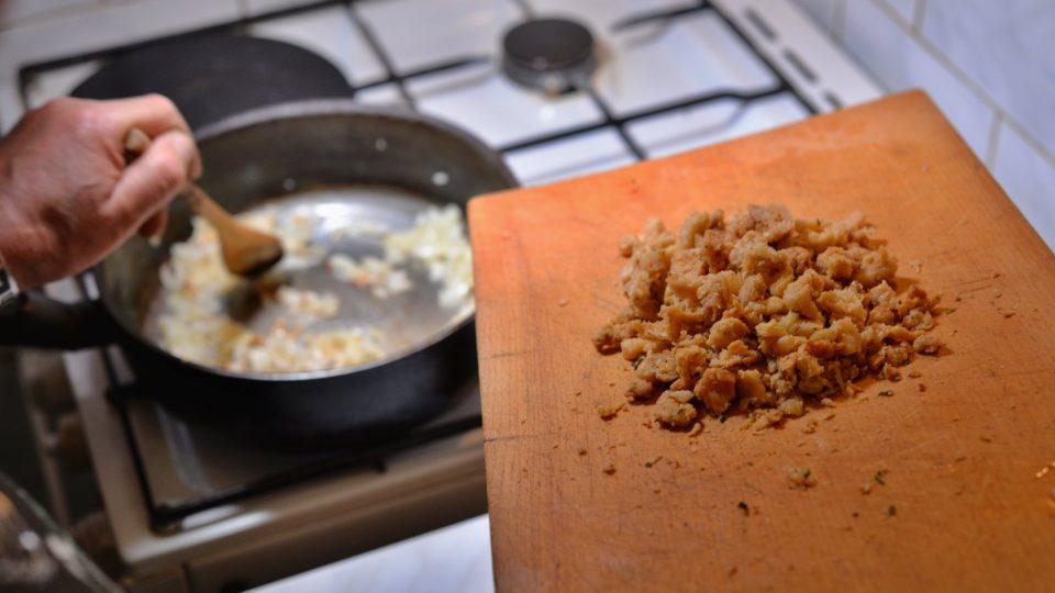 Cibulku necháme na lžičce sádla zesklovatět, přidáme škvarky, poté uzené a orestujeme vše dozlatova