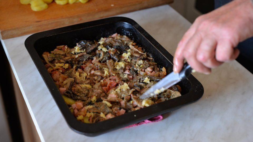 Ochutíme utřeným česnekem, majoránkou, solí, pepřem a drceným kmínem