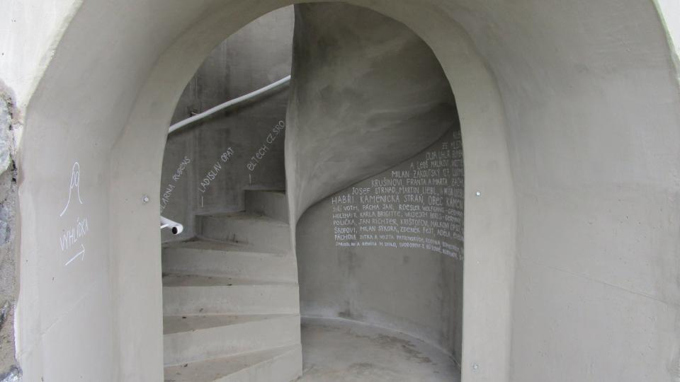 Na rozhlednu vede elegantní schodiště