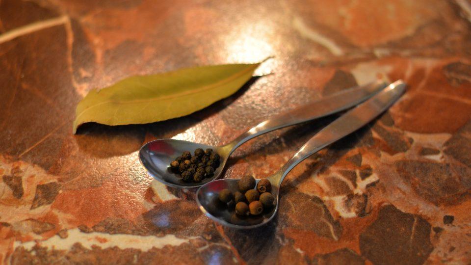Do pytlíčku zavážeme koření (černý pepř, nové koření a bobkový list) a vhodíme ho do hrnce s tekutinou
