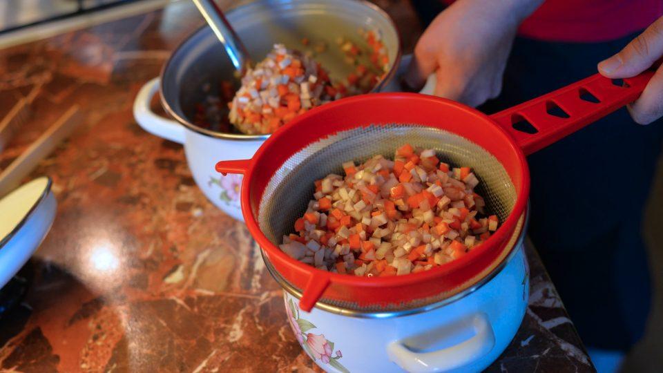 Po odležení maso vyndáme, zeleninu přecedíme