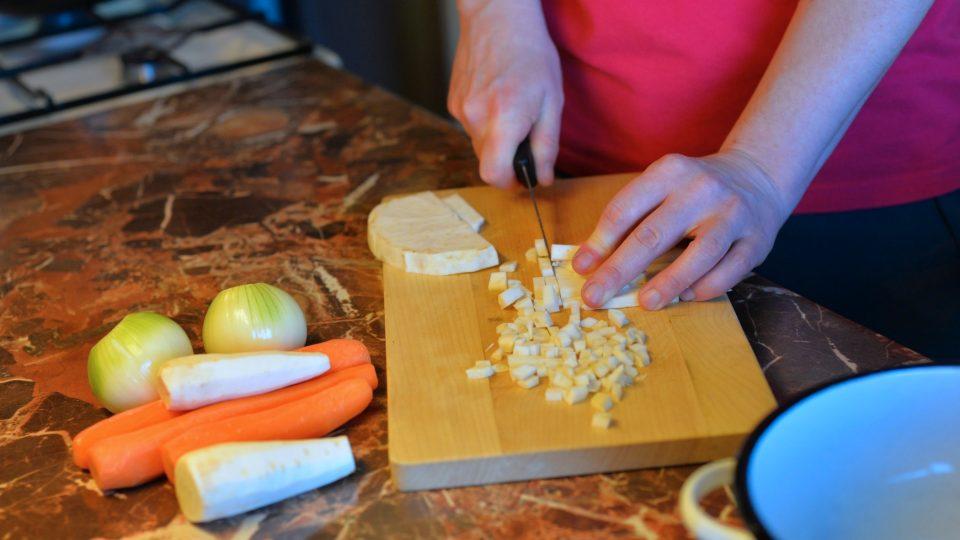 Na kostičky nakrájíme kořenovou zeleninu