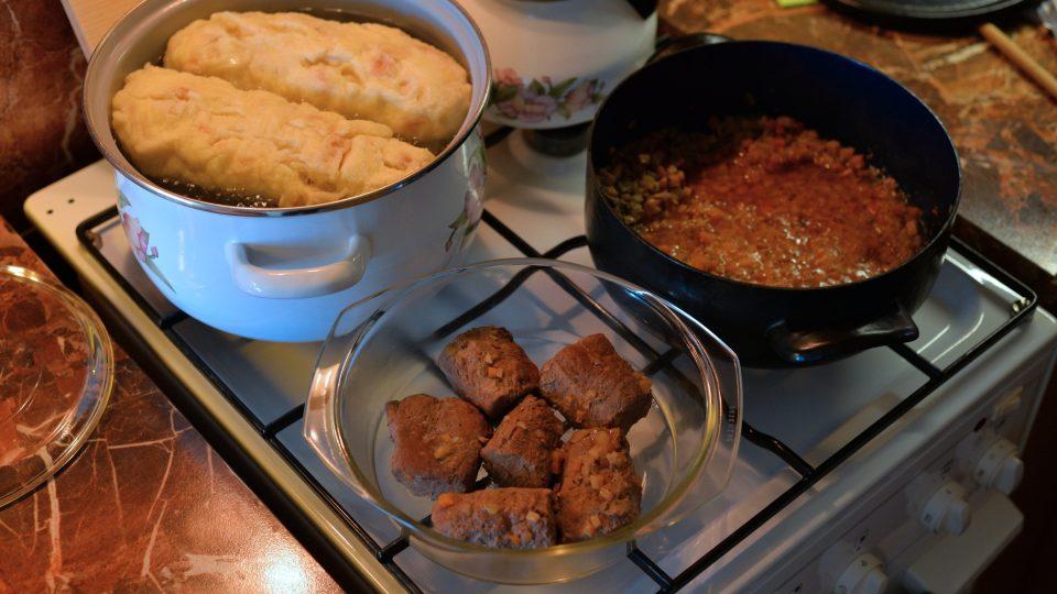 Maso a pytlík s kořením poté vyndáme, zeleninu se šťávou rozmixujeme, přidáme smetanu