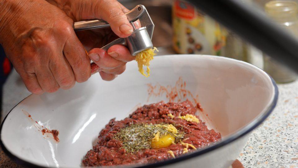 Přidáme prolisovaný česnek