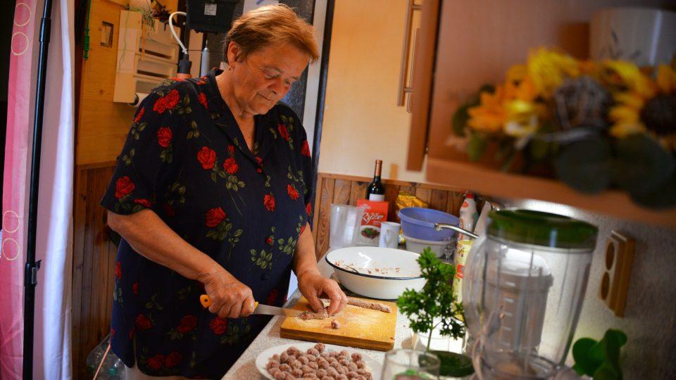 Paní Skolkové jde vaření od ruky