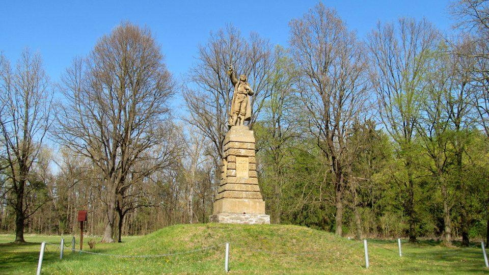 Mohyla s pomníkem měří do výšky celkem takřka deset metrů