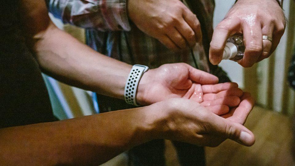 Nutná dezinfekce rukou před natáčením