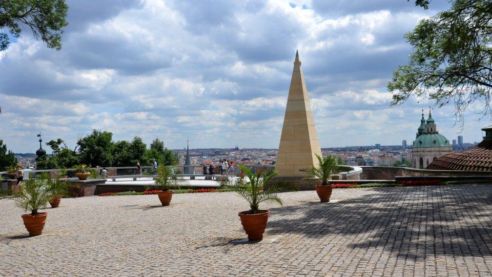 Plečnikova vyhlídka s Pyramidou v Jižních zahradách