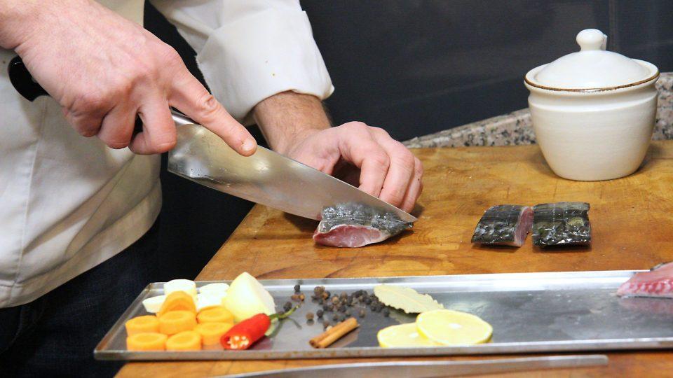Z kapra vykrájíme filety a ponecháme v nich drobné kosti, které marinováním změknou