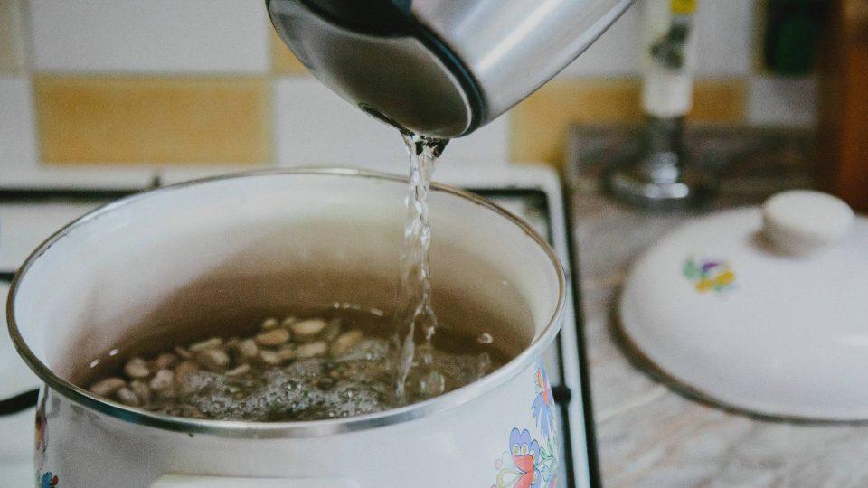 Fazolová polévka v přípravě