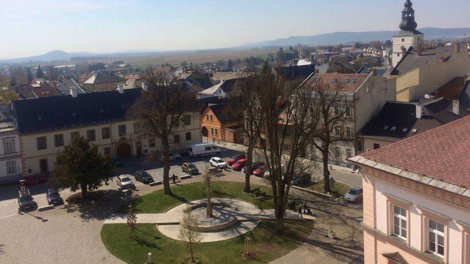 Výhled z kostela sv. Vaclava v Lanškrouně na náměsti se 700 let starým stromem