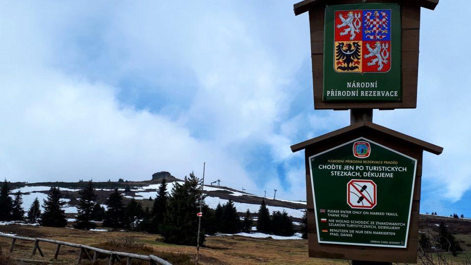 Tyto značky důrazně varují turisty, aby nechodili mimo vyznačené trasy