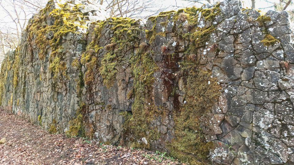 Zeď pochází z třetihor a její podoba dala vzniknout pověstem