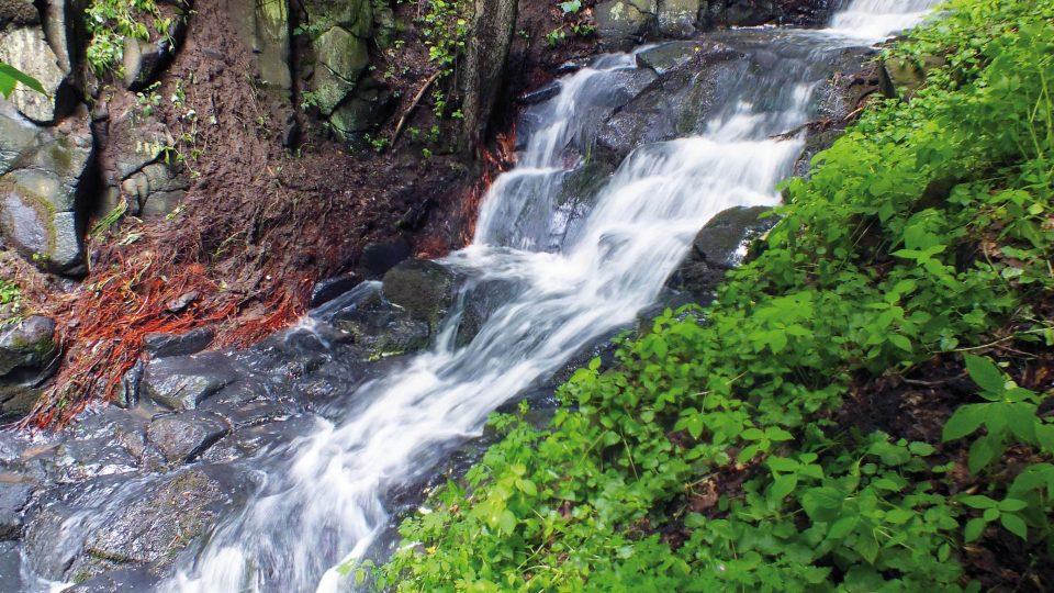 Pekelský potok, kaskády nad vodopádem