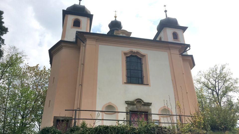 Kostel působí majestátně