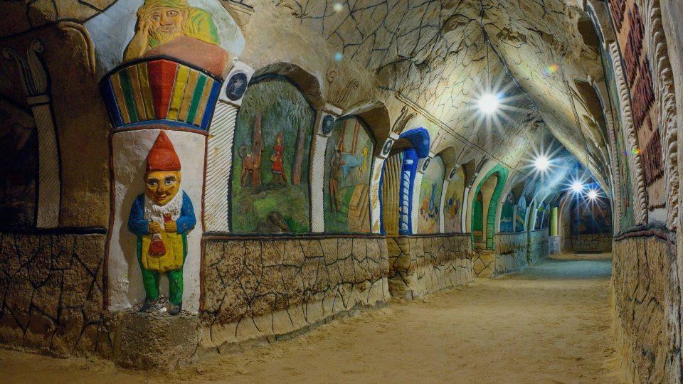 Originální barevné reliéfy jsou odrazem doby i vjemů autora