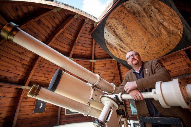 Astronom Miloš Tichý na observatoři Kleť
